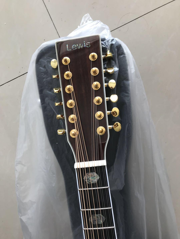Un ensemble solo - Une guitare acoustique à 12 cordes